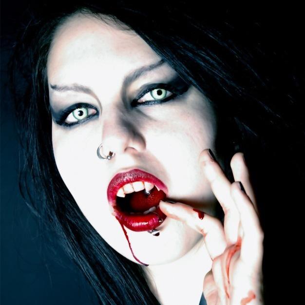 вампирша сосущая кровь