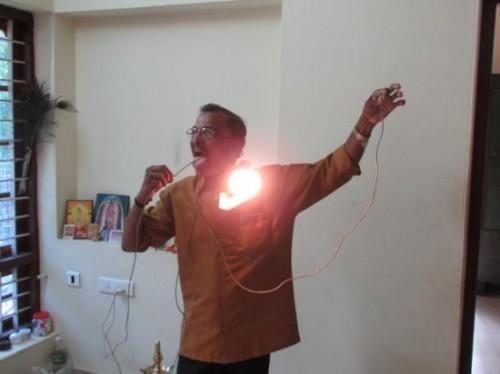 Raj-Mohan-Nair-è-immune-alla-corrente-elettrica-500x374